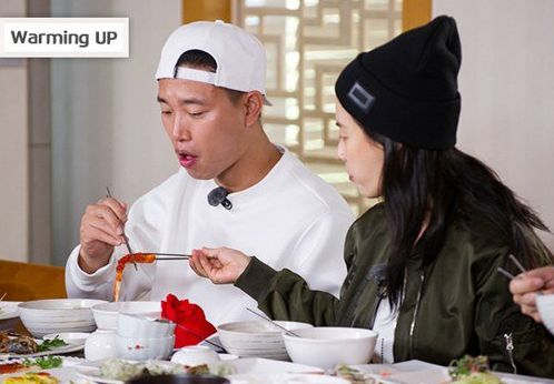 """SBS's """"Running Man"""" released some cute behind-the-scenes photos of Song Ji Hyo taking care of Gary. These photos were taken when they were filming the opening of an upcoming episode and they were in the middle of eating lunch. Seeing that Gary couldn't quite reach the other s..."""