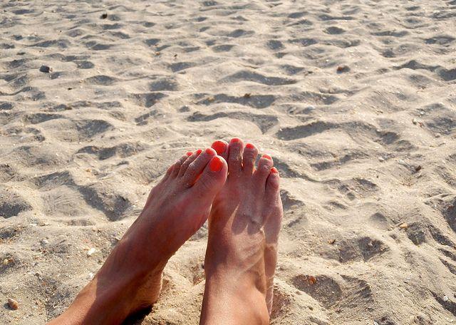 Hai bisogno di un trattamento per i piedi e non hai tempo di andare dall'estetista? Prova le pedicure fai da te, il risultato è assicurato.