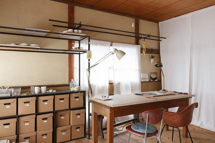 暖かい日の光が注ぐ2階は、二人の仕事場になっている。寝室にも使えるが、あえて仕事をする空間としている。
