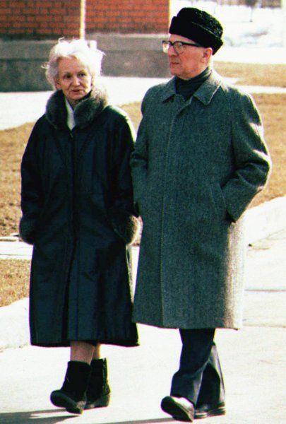 Grau in Grau: Margot und Erich Honecker spazierten am 22. März 1992 auf dem...