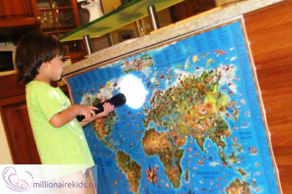 Освещает фонариком нужные места на карте