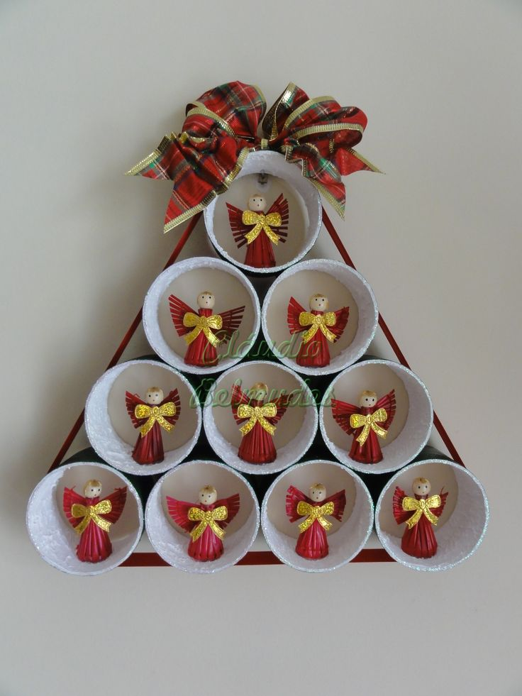 Árvore de natal reciclada para porta/parede com tubos de fita de caixa (adesiva) larga, fita aramada e mini anjos.