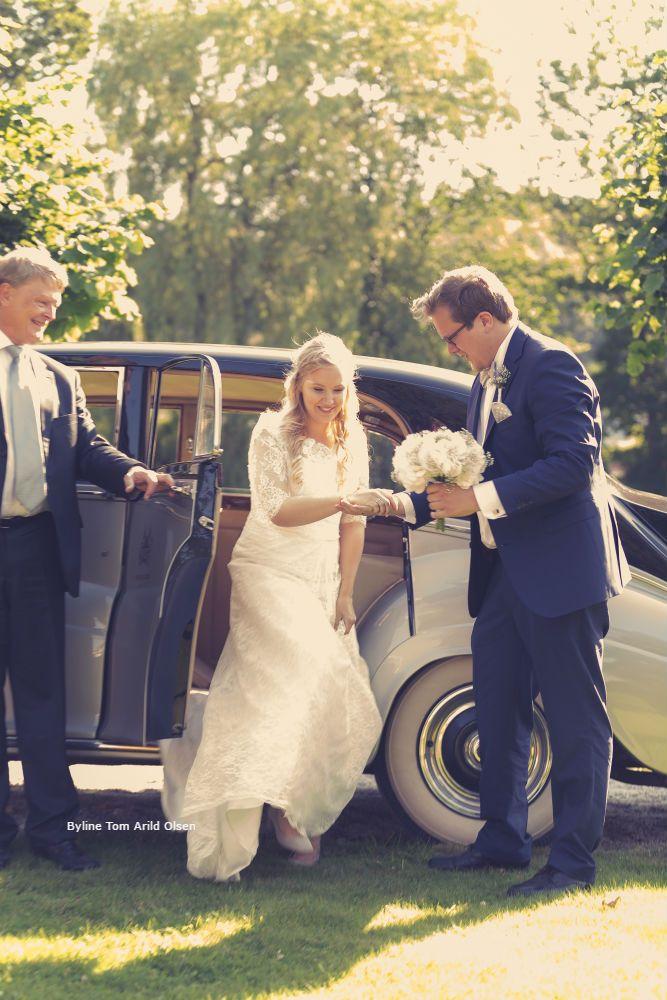Weddingphoto with our Rolls Royce 1956 model in the background 💍 Photografer: Tom Arild Olsen #Wedding #Bryllup #Dehistoriske #HotellRefsnesGods #Moss #Norge #Norway #VisitØstfold #VisitOslofjord #Jeløy #Bryllupsfotografering #Summer #sommerbryllup #RollsRoyceSilverWraith1956