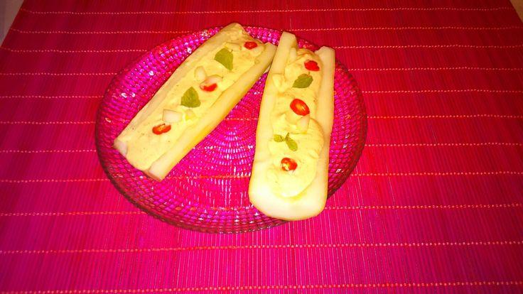 Pepinos rellenos de salsa tezaki, chili y menta(100% vegano )