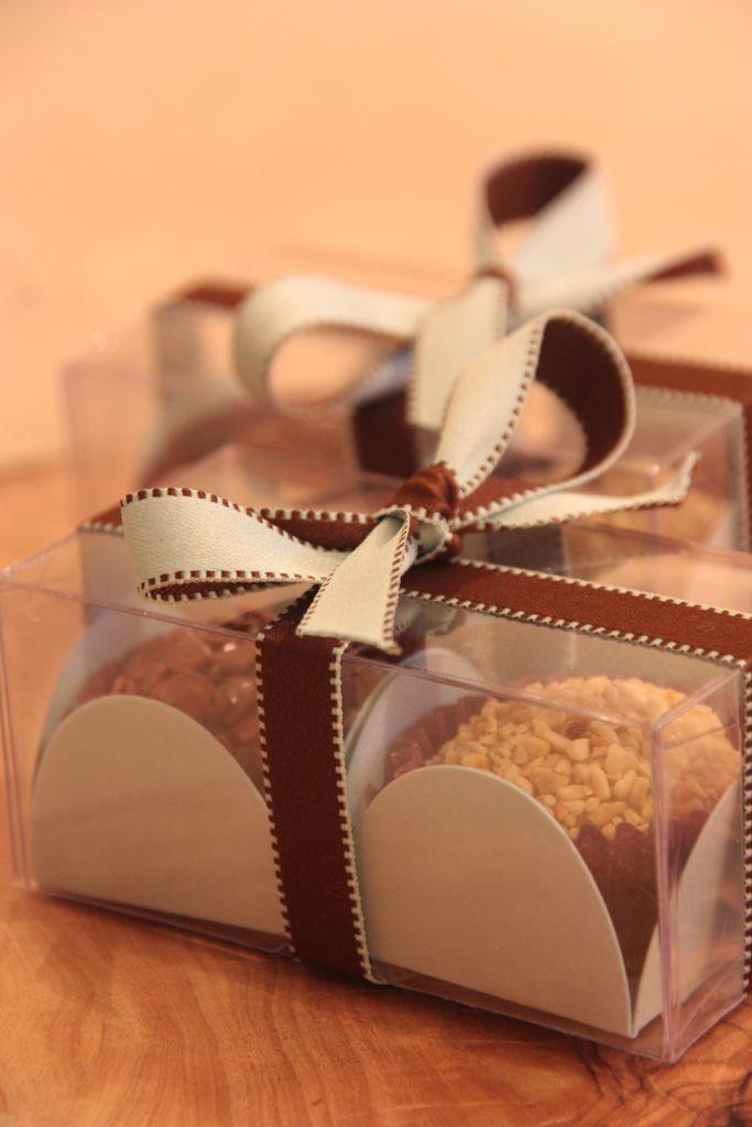Detalhe da caixinha com 2 Brigadeiros Gourmet. Foram dadas para clientes de uma loja de roupa no lançamento de nova coleção. Chocolat d´Egmont