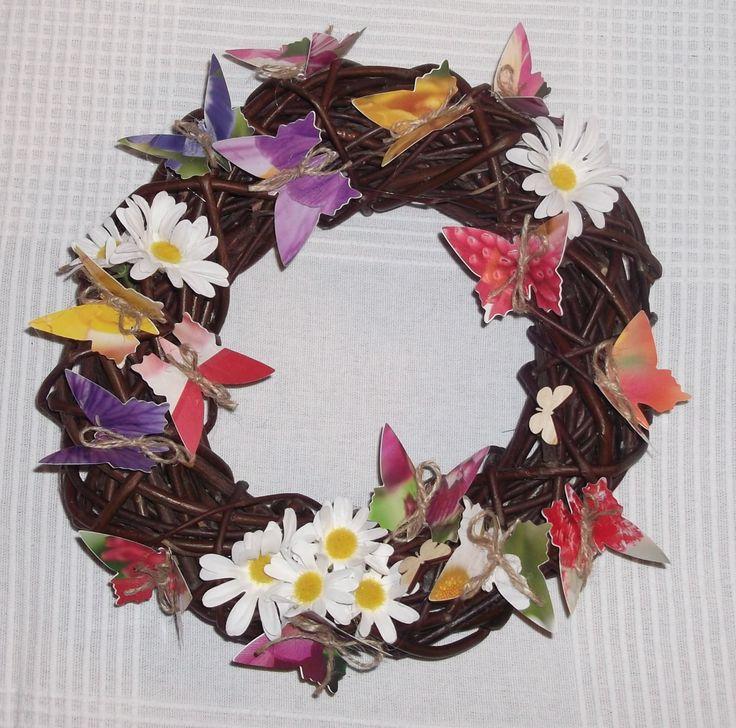 Wianek wielkanocny z wikliny, papierowe motyle/ Wicker Easter wreath, paper butterflies, author: Anna