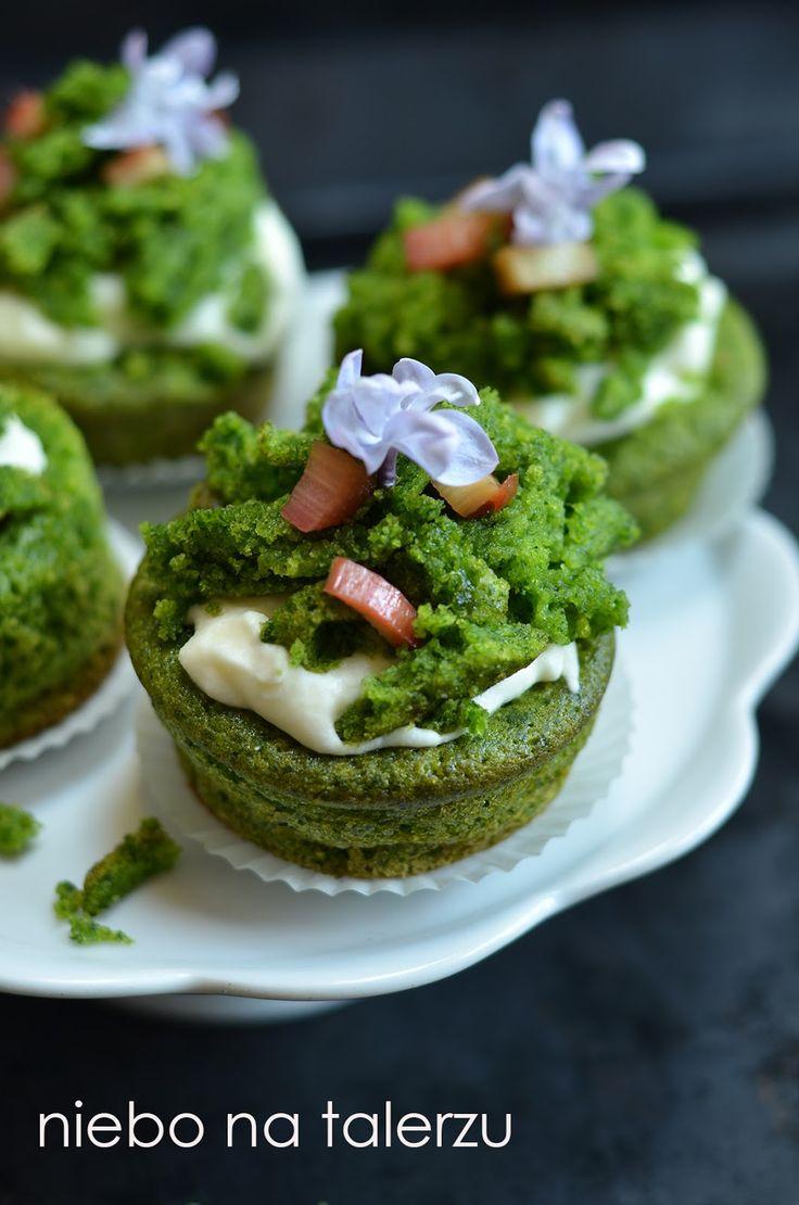 """Łatwe muffinki, zieloniuśkie jak trawa, zaskakująco ładne po ukończeniu dekoracji. Miękkie, bardzo wilgotne i smaczne!  Ciasto """"zielony mec..."""