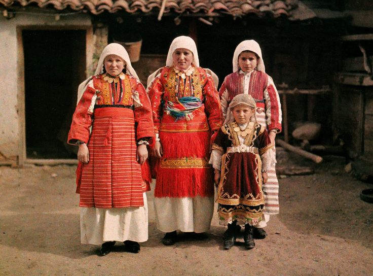 Women from Smilevo, 1913 - Category:National costumes of the Republic of Macedonia - Wikimedia Commons