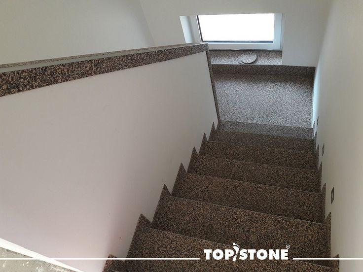 Mramorový kamínek TopStone Arabescato na schodišti rodinného domu. Děkujeme panu Danovi za zaslané fotografie. Velmi pěkná práce !!!   https://eshop.topstone.cz/kamenny-koberec-arabescato-interier.html  #topstone #mramorovýkoberec #kamínkovýkoberec #schody #interiér #design #litápodlaha #podlahabezespár