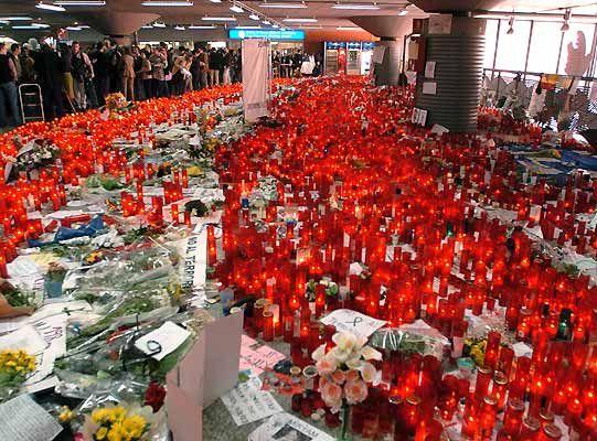 Velas en la estación de Atocha tras el atentado del 11 de Marzo de 2.004. Se colocaron tantas en el vestíbulo y el olor a vela fue tan fuerte que hubo que retirarlas días después.