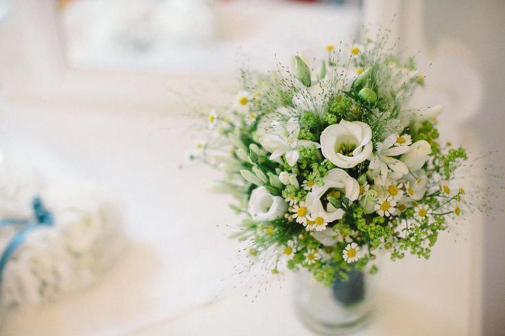 Brautstrauß in Grün und Weiß mit Kamillenblüten bei www.weddingstyle.de | Foto: Henry Welisch Photography