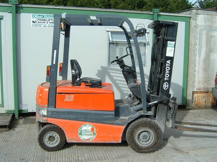 Expert forklift repair personnel and servicing staffs