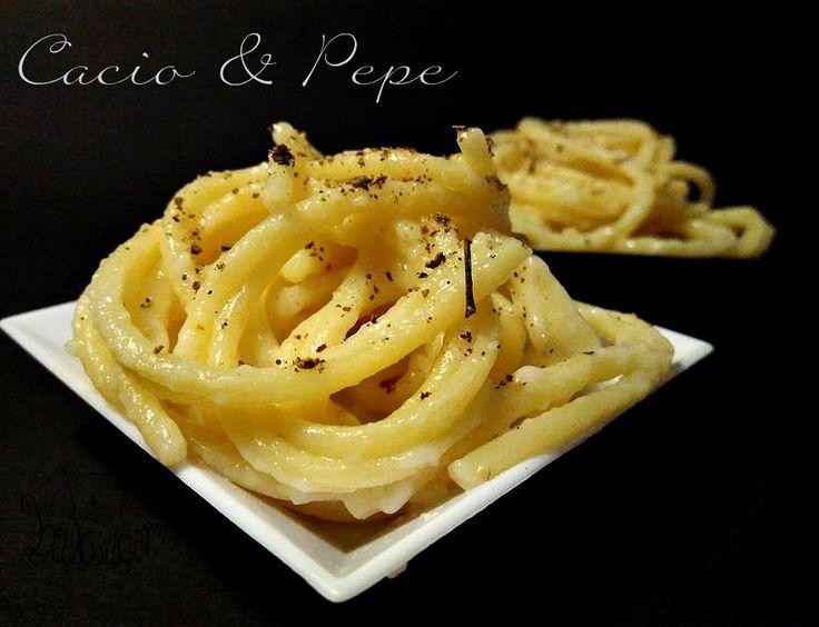 Servono solo due ingredienti per preparare la cacio e pepe:un altro must della cucina tradizionale romana oltre a carbonara, gricia e amatriciana.