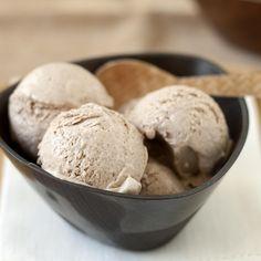 Dit roomijs van hazelnootpasta maak je zonder ijsmachine in 5 minuten! Het langste is het wachten tot het opgesteven is. Opeten doe je ook in 5 minuten!