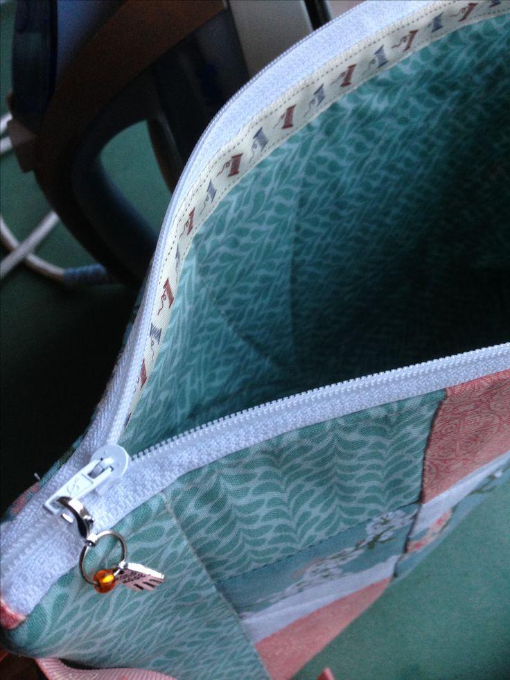 Vilkaisu sisälle: käsinommeltu nauha. På innsiden er glidelåset dekt med en håndsydd bånd.