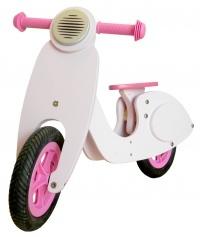 Scooter de madera disponible en color celeste y rosado. Recomendado para niños desde los 2 años. Sirve como primer paso antes de la bicicleta, ya que ayuda a la coordinación.