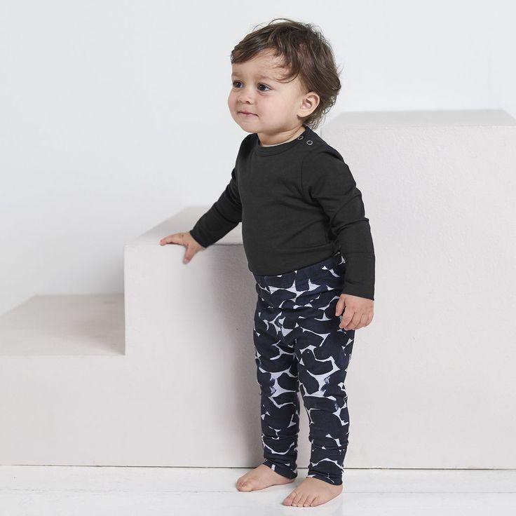 NEULE baby collegeleggings, siniharmaa - musta | NOSH verkkokauppa | Tutustu nyt lasten syksyn 2017 mallistoon ja sen uuteen PUPU vaatteisiin. Ihastu myös tuttuihin printteihin uusissa lämpimissä sävyissä. Tilaa omat tuotteesi NOSH vaatekutsuilla, edustajalta tai verkosta >> nosh.fi (This collection is available only in Finland)