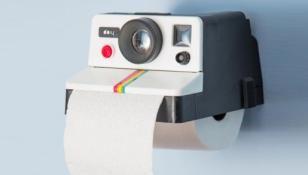Een ouderwetse polaroid camera als wc-rolhouder