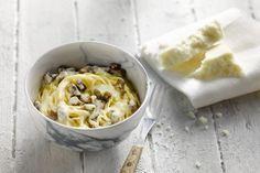 Ben jij ook zo dol op pasta carbonara? Dit heerlijke gerecht is eenvoudig te bereiden met een saus op basis van eieren. En is er dus, in tegenstelling tot wat velen denken, geen room te bespeuren op het ingrediëntenlijstje van deze klassieker.