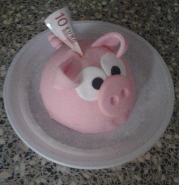 Leuk en snel om te maken!!! Ik was met mixen, bakken en decoreren (was een spoedklusje) 2 uur kwijt, cakeje nog beetje warm, maar het effect was er :D leuk als verjaardag cadeau In een bolvorm bakvorm cakeje bakken en wat roze, zwarte en witte fondant om het varkentje mee te maken.