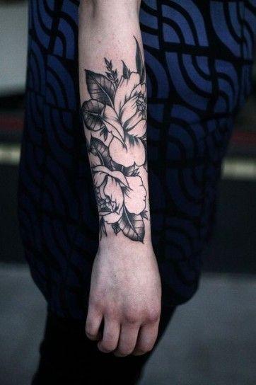 Fiori+oversize+sul+braccio - Tatuaggio+bianco+e+nero+di+fiori+sul+braccio+