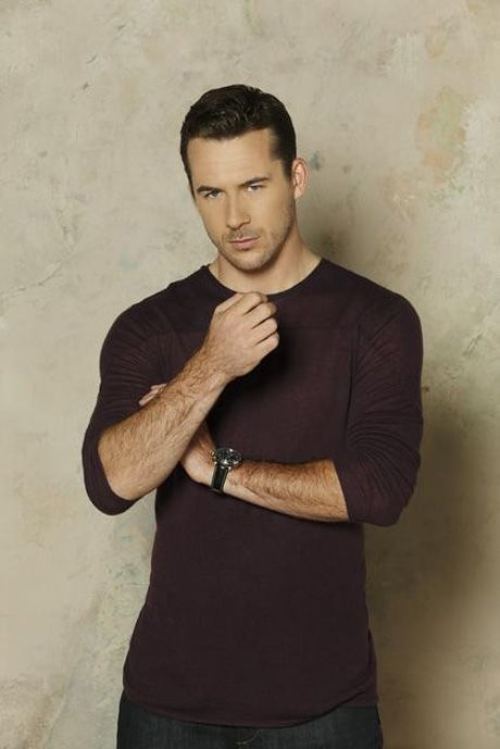 Barry Sloane Stars as Aiden Mathis in Revenge Season 3