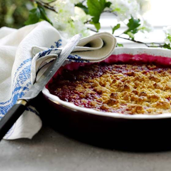 Redcurrant crumble pie