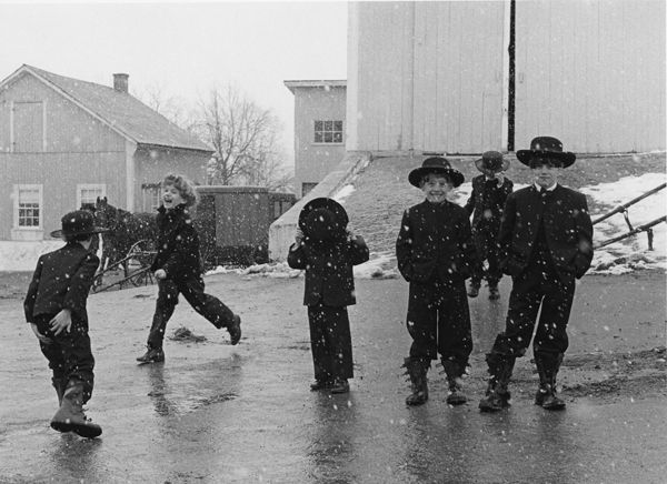 Amish-Children-Playing-in-Snow-Lancaster-PA-1969-by-George-Tice