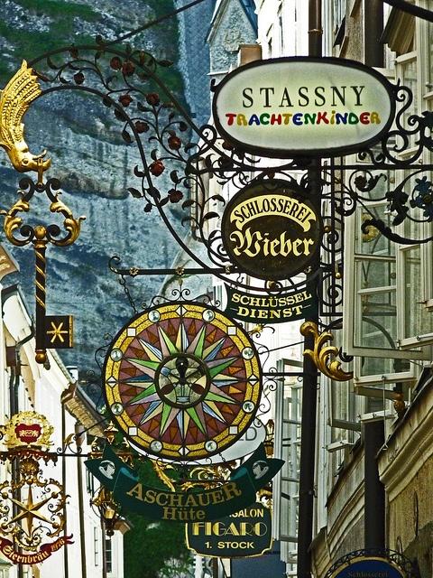Getreidegasse, Salzburgo    Es la calle principal de la ciudad; conocida por sus letreros que antiguamente anunciaban a los artesanos que vivían allí