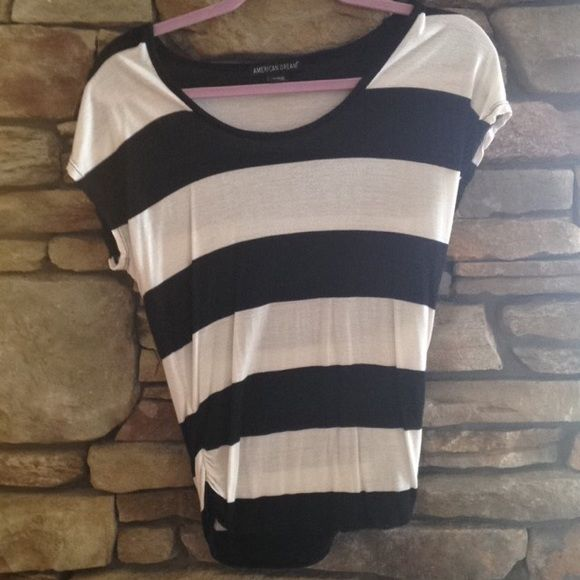 Striped black and white top Worn maybe two times. Cute stripped black and white shirt with sides that scrunch at bottom Tops Tees - Short Sleeve