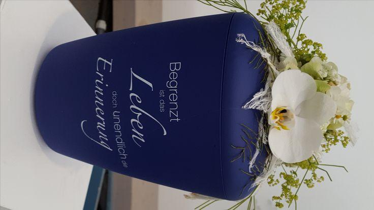Eleganter Urnen-Schmuck mit Orchidee