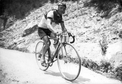 1947 2/7 rit 7 > Jean Robic battles the heat in the Alps, stage Lyon to Grenoble. He will win the stage
