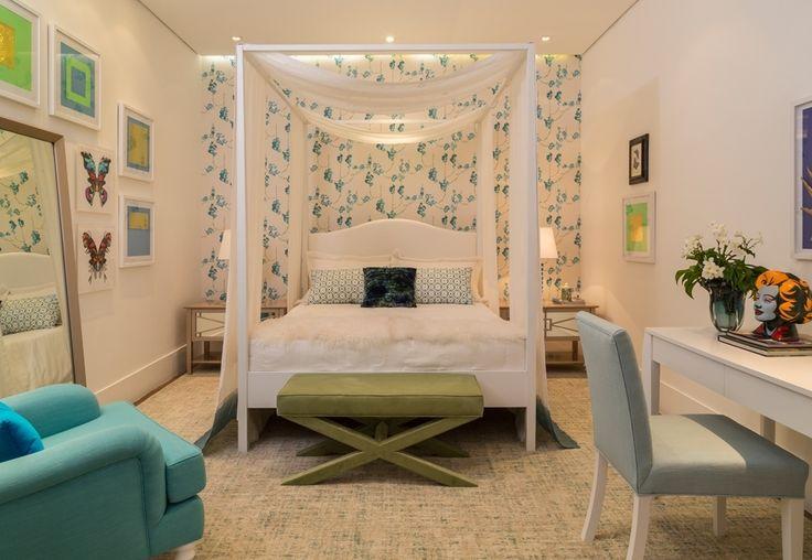 """Projetado para a Mostra Quartos & Etc., pelo decorador Marco Aurélio Viterbo, este ambiente com 15 m² foi pensado para meninas românticas acima de 13 anos. O papel de parede florido e a cama com dossel compõem o clima que é amenizado pelos móveis em linhas mais retas. A proposta em tons de azul e verde rompe com o paradigma de que rosa é """"a"""" cor feminina"""
