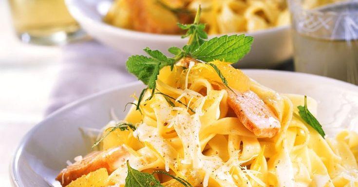 Lachs in Zitronensauce mit Nudeln ist ein Rezept mit frischen Zutaten aus der Kategorie Meerwasserfisch. Probieren Sie dieses und weitere Rezepte von EAT SMARTER!