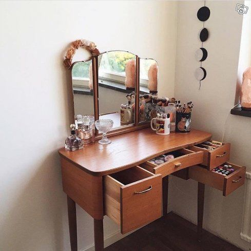 Säljer mitt sminkbord i teak, 1950/1960-tals. Har varit mycket älskat och säljer det nu för att vi ej har plats. Höjd: 120 cm Bred: 84 cm.  Pallen medföljer. Den vänstra spegeln är lite mjölkig, men det är inget jag stört mig på. Några få små repor i...