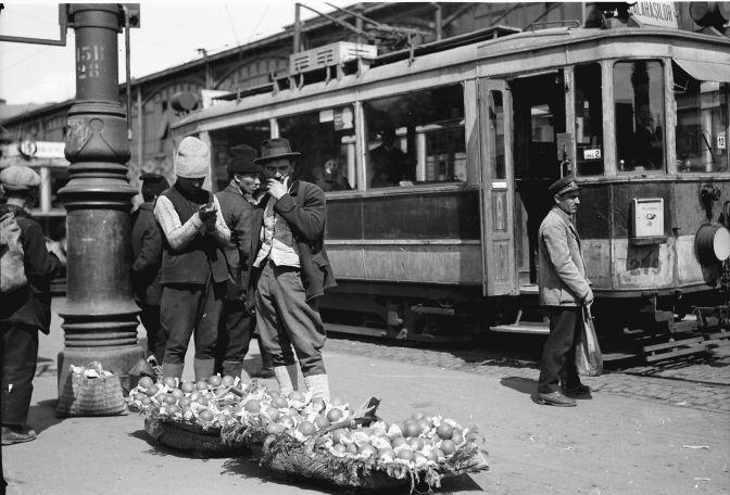 Bukarest, Straßen- und Marktleben in Bukarest: Orangenverkäufer an der Haltestelle