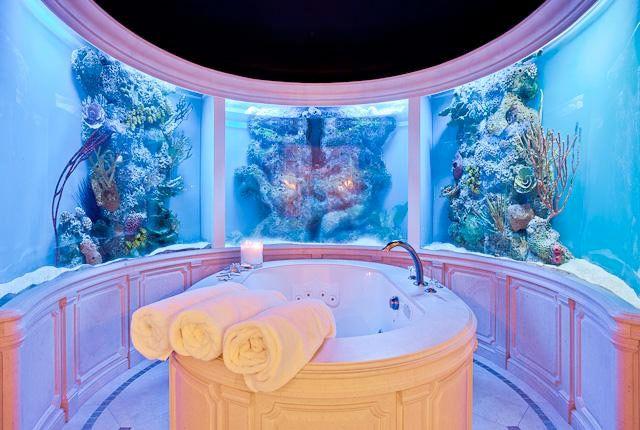 Fantastisk mosaik, draperade textilier, guld och coola detaljer. Ett badrum kan vara så mycket mer än vitt eller grått kakel. Här får du badrumsinspiration på en helt annan nivå!