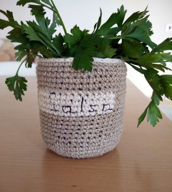 Small crochet basket, by AM