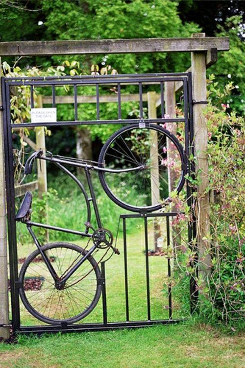 garten deko ideen: fahrrad in die gartentür eingebaut