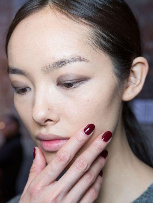 Wijnrode nagels en een bruine smokey-eye Gespot @ Derek Lam a/w 2015| ELLE