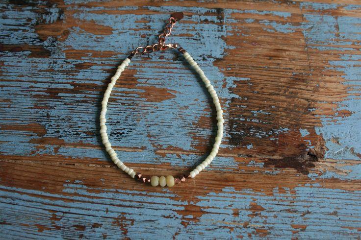 Armbandje met rocailles en verstelbare sluiting met jade en koperen onderdelen en bedeltje