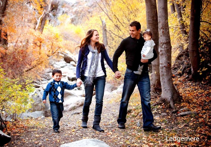 Site with TONS of family photos-- awesome group ideas for small to large families