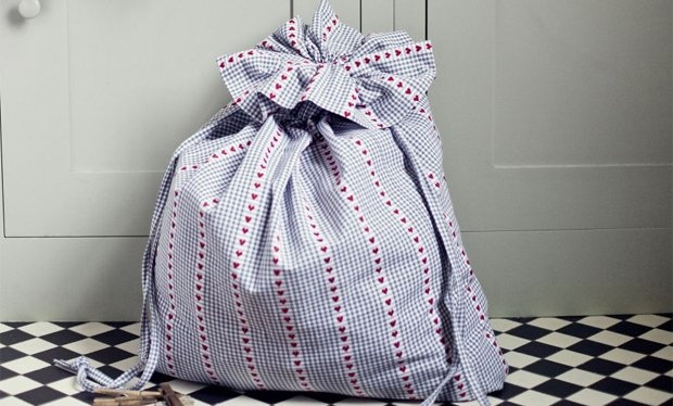 The Great British Sewing Bee: make a laundry bag. I love this program and the book is phenomenal 8 full size patterns included and a shed load of downloads you can print at home. Pretty dresses, jackets, blouses and odds and sods of home ware. ♥♥♥♥♥♥♥♥♥♥