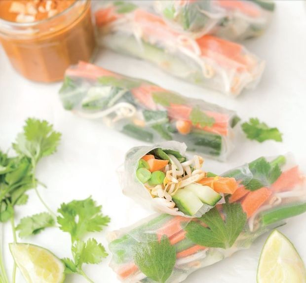 Springrolls met geblancheerde groenten en pindasausje