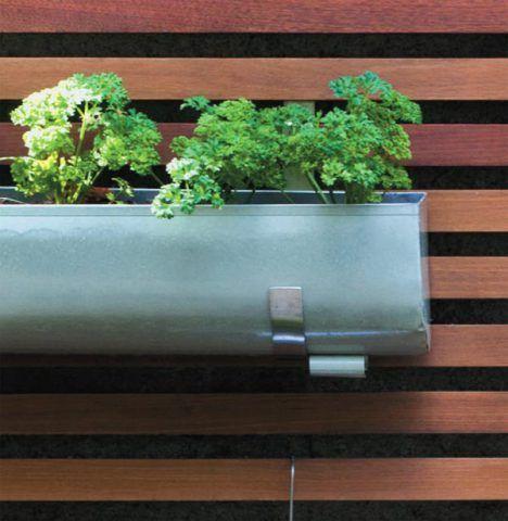Ganchos de aço inox penduram as jardineiras de chapa de zinco (0,55 x 0,15 x...
