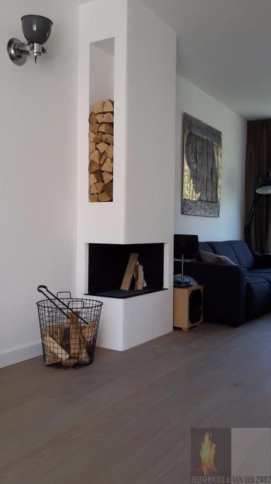Moderne inbouw haard in een kolom met aan de zijkant een houtvak, twee zijdige hoekhaard | Profires partner Reijnhoudt & van der Zwet · inspiratie voor sfeerverwarming