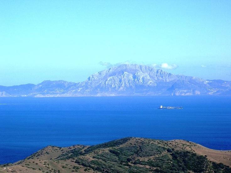 El estrecho de Gibraltar desde la costa española. Frente a nosotros el monte Jbel Moussa, bonito lugar para ir un día a hacer senderismo  ¡Qué cerca estamos de África y cuantas diferencias!