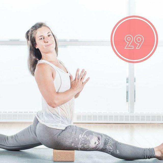 Hanumasana (seigneur des singes) : Cette posture offre un renforcement de l'étirement des ischio-jambiers et, spécialement lorsque vous ne pouvez pas poser vos jambes au sol, vous aurez besoin de renforcer vos bras. #yoga #day29 #hanumasana #yogapose #yogapower #yogaposeoftheday #zen #wellness #legday