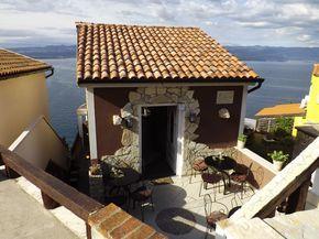 In diesem kleinen Restaurant gibt es leckeres mediterranes Essen mit Blick auf die Adria. Kroatien und insbesondere die Insel Krk möchten wir Ihnen auf unserem Reiseblog ans Herz legen.