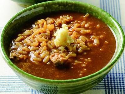 土井 善晴さんの「土用しじみの雑炊」のレシピページです。水洗いせずにご飯の粘りを利用して、あっさりだけど食べごたえのあるうま口雑炊が狙いです。ご飯粒が汁を含む煮加減が勘どころ。おろししょうがの香味をきかせて。 材料: しじみスープ、赤だし用みそ、ご飯、しょうが